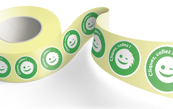 Rouleau d'étiquettes adhésives avec le logo Yetiq.pro